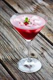 红色夏天马蒂尼鸡尾酒饮料用在木的薄菏 库存图片