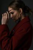 红色外套太阳镜的女孩 图库摄影
