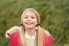 红色外套的孩子在田园诗秋天天 免版税库存照片