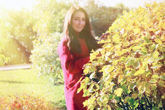 红色外套的美丽的亚裔妇女 免版税库存图片