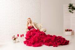 红色多云礼服的妇女 图库摄影