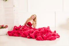 红色多云礼服的妇女 免版税图库摄影