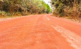 红色多灰尘和石渣红土带路 免版税库存照片