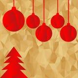 红色多角形圣诞树和球在金黄背景 免版税库存图片