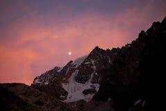 红色天空、月亮和山 免版税库存照片