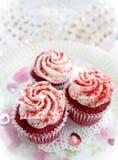 红色天鹅绒杯形蛋糕 免版税图库摄影