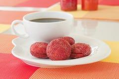 红色天鹅绒糖屑曲奇饼 免版税库存照片