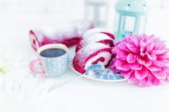 红色天鹅绒蛋糕卷切与咖啡或茶和花 免版税库存图片