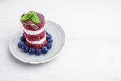 红色天鹅绒蛋糕用蓝莓 美国旗子主题的点心 免版税图库摄影