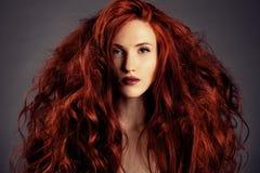 红色头发。 方式女孩纵向 免版税图库摄影