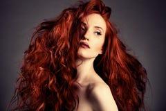 红色头发。 方式女孩纵向 免版税库存照片