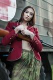 红色夹克和裙子的战士 免版税库存图片