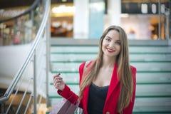 红色夹克的女孩 免版税库存照片