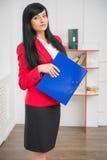 红色夹克的年轻俏丽的女商人 库存照片