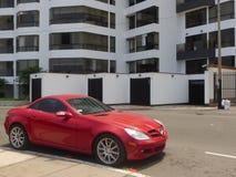 红色奔驰车SLK 350小轿车在利马停放了 免版税库存照片