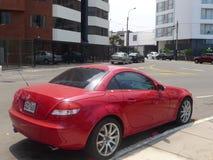 红色奔驰车SLK 350小轿车在利马停放了 免版税库存图片