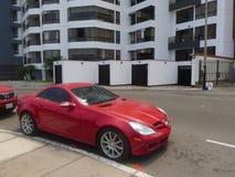 红色奔驰车SLK 350小轿车在利马 免版税库存图片