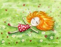 红色女孩在春天草甸说谎 库存图片