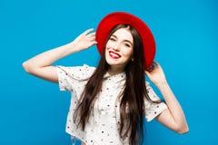 红色女性呢帽 在蓝色背景 愉快和新鲜 免版税图库摄影