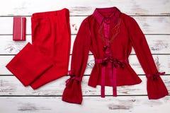 红色女性神色和钱包,平的位置的概念 免版税库存照片