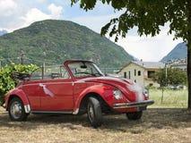 红色婚礼汽车 免版税图库摄影