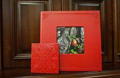 红色婚礼照片书 库存照片