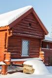 红色存贮房子在冬天 库存照片