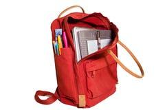 红色学校背包和学校用品 免版税库存照片