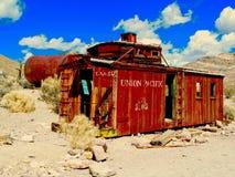 红色守车在沙漠 库存照片