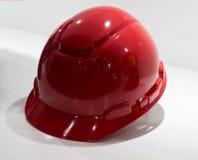 红色安全帽被隔绝的白色背景; 黄色努力工作 免版税图库摄影