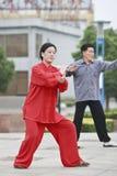 红色实践的太极拳的妇女,扬州,中国 免版税库存图片