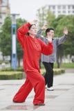 红色实践的太极拳的妇女,扬州,中国 库存照片