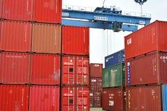 红色容器和蓝色起重机,厦门,中国 免版税库存图片