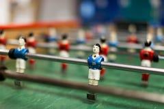 红色对在桌橄榄球的蓝色 免版税库存图片