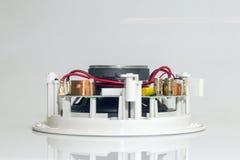 红色导线和金黄夹子在一台白色扩音器 库存图片