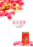 红色小包、鞋子型金锭和李子花 免版税库存图片