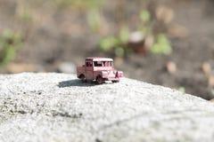 红色小卡车,葡萄酒玩具 库存图片