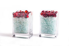 红色小卵石&切削了在一个玻璃花瓶的玻璃 库存图片
