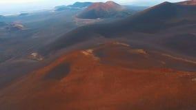 红色小山 美好的横向 飞行山 股票视频