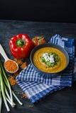 红色小扁豆奶油汤用新鲜蔬菜和绿色装饰了 素食者概念 r 从边的看法 免版税库存图片