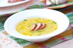 红色小扁豆奶油色汤用熏制的肉,鸭子,鸡 免版税图库摄影