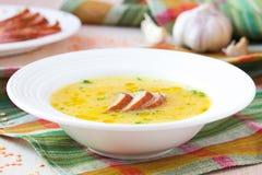 红色小扁豆奶油色汤用熏制的肉,鸭子,鸡 免版税库存照片