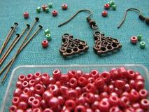 红色小珠和片断做的耳环,手工制造首饰 免版税图库摄影
