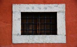 红色小的墙壁视窗 免版税库存图片
