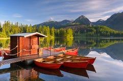 红色小船在山湖 免版税图库摄影