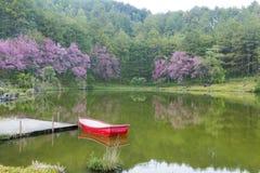 红色小船在湖 图库摄影