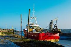 红色小船处于低潮中 库存照片