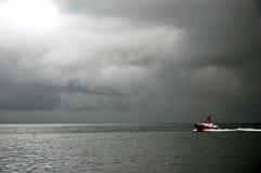 红色小船横渡有雾的海湾,旧金山 库存照片