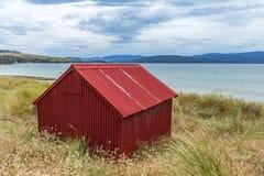红色小船流洒在Dennes点布鲁尼岛 库存照片