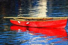 红色小船船身在港口 库存图片